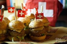 Mini cheeseburger con Gruyère e crema di peperoni #swisscheeseparade #swiss #panino #forzapanino #cheeseburger #hamburger #peperoni #streetfood  http://www.chezuppa.it/recipes/view/mini-cheeseburger-con-gruy-re-e-crema-di-peperoni