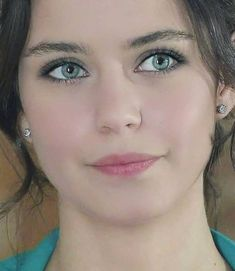 Aski Memnu's Beren Saat up close and personal. Most Beautiful Eyes, Beautiful Hijab, Turkish Beauty, Indian Beauty, Pretty Eyes, Cool Eyes, Cool Winter, Interesting Faces, Beautiful Actresses