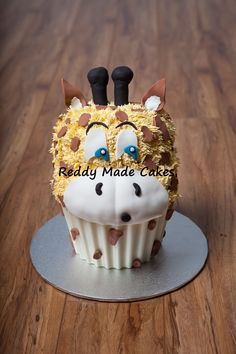 Giraffe Giant Cupcake for a one year old personal cake Giant Cupcake Cakes, Large Cupcake, Mini Cakes, Cupcake Mold, Cute Cakes, Yummy Cakes, Beautiful Cakes, Amazing Cakes, Cakepops