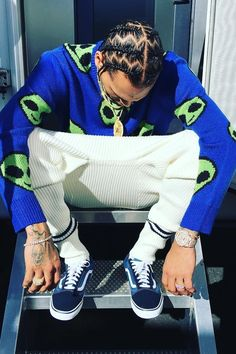 Team Vans sneakers with an alien emoji print sweater by Forever 21 and finish the look with a Patek Philippe watch. Chris Brown Outfits, Chris Brown Style, Breezy Chris Brown, Chris Brown Wallpaper, Miracle Watts, Chris Brown Pictures, Chirs Brown, Mens Braids Hairstyles, Just Beautiful Men