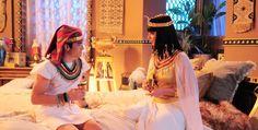 """Amenhotep (José Victor Pires) e sua mãe Nefertari (Camila Rodrigues) em cena de """"Os Dez Mandamentos"""""""