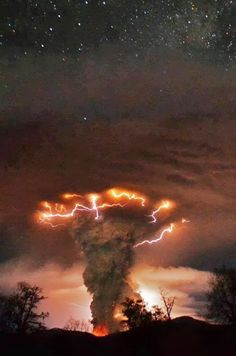 Amazing nature photos - Volcano erupts in Chile All Nature, Science And Nature, Natural Phenomena, Natural Disasters, Blitz Foto, Wild Weather, Natural World, Natural Earth, Belle Photo