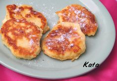 Szirnyiki - 50 dkg túró 2 tojás 4 dkg nyírfaporcukor 4 dkg tönköly fehérliszt 1 citrom reszelt héja 1 teáskanál vaníliakivonat 1 csipet só a formázáshoz: liszt a sütéshez: kb. 5 dkg vaj a tálaláshoz: kb. 4 evőkanálnyi tejföl kevés nyírfaporcukorral elkeverve Diabetic Recipes, Diet Recipes, Cake Recipes, Pancake Dessert, Hungarian Recipes, Soul Food, Pancakes, French Toast, Paleo
