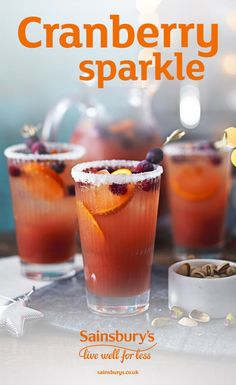This non-alcoholic cranberry cocktail tastes delicious. Shake up and serve as a long drink at any Christmas party. Plus, it only takes 2 minutes to prepare, easy. Christmas Party Drinks, Christmas Lunch, Holiday Drinks, Summer Drinks, Christmas Baking, Non Alcoholic Christmas Drinks, Christmas Ideas, Christmas Morning, Christmas 2017