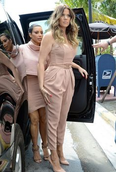 There are 4 tips to buy jumpsuit, khloe kardashian, pleated, nude, kim kardashian. Casual Hijab Outfit, Casual Wear, Vetement Fashion, Strapless Jumpsuit, Kardashian Style, Overall, Jumpsuits For Women, Look Fashion, Chic Outfits
