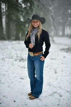 """Pretty """"real life"""" cow girl in an awesome pair of jeans that really suit her! Country Style Outfits, Country Girl Style, Country Fashion, Country Girl Clothes, Cute Teen Outfits, Teenage Girl Outfits, Casual Summer Outfits, Hot Country Girls, Country Women"""