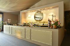 Bar Ruinart Champagne Bar, Champagne Breakfast, Reception Table Design, Moroccan Restaurant, Bar Counter Design, Catering Table, Portable Bar, Event Room, Bar Interior