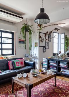 sala de estar de um apartamento que mistura os estilos industrial, boho e vintage