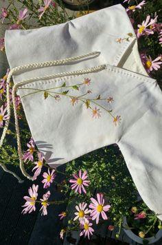 휴가를 마치고 첫 작업. 이 배내옷은 구월에 태어난 아가에게 갈 옷이다. 구절초가 피는 계절에 태어나 구... Flower Embroidery Designs, Hand Embroidery Stitches, Embroidery Patterns, Machine Embroidery, Girls Blouse, Japanese Embroidery, Baby Sewing, Diy Clothes, Needlework