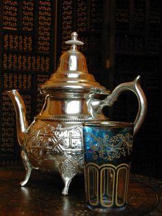 Moroccan Tea glasses , Moroccan Tea Pots and Trays Arabic Tea, Arabic Coffee, Traditional Teapots, Teapots Unique, Moroccan Lamp, Silver Teapot, Tea Glasses, Tea Tins, Tea Art