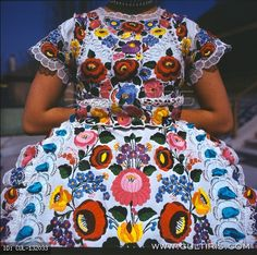 Google képkeresési találat: http://www.cultiris.com/kepek/thumb/132033/w/photo/artist-budai-bela/kalocsai-nepi-viselet.jpg