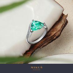 Turmalín paraíba je výnimočný drahokam, ktorý v celom spektre drahých kameňov nemá žiadnu obdobu. Jeho neobyčajné, žiarivé neónové odtiene modrej a zelenej priniesli so sebou na klenotnícky trh absolútnu vizuálnu novinku. My vám ho predstavujeme v prsteni, na výrobu ktorého sme hrdí a ktorého meno je synonymom lákavého dobrodružstva. S modelom prsteňa Aitutaki nájdete svoj súkromný raj. Statement Rings, Gemstone Jewelry, Gemstones, Earrings, Ear Rings, Stud Earrings, Gems, Ear Piercings, Jewels