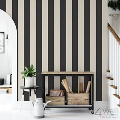 Carta da parati a righe nere e crema XL Entryway Bench, Wallpaper, Furniture, Home Decor, Houses, Cream, Space, Entry Bench, Hall Bench