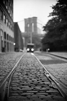 Caminhos são misteriosos. Nos fazem pensar no futuro ou no passado...