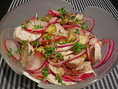 Zutaten 400 gRettich(e), rot, ersatzweise Radieschen Salz und Pfeffer, aus der Mühle 300 gWurst, (Weißwurst) 2 m.-große Zwiebel(n), rot 2 Gewürzgurke(n) 2 EL Senf, süß 4 EL Weißweinessig 8 EL Sonnen