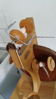 Dieses ungewöhnliche Spinnrad ist aus massivem Holz, heißt, es ist recht schwer. Das Schwungrad,...,voll funktionstüchtiges funktionsfähiges modernes Spinnrad in Lüdenscheid - Lüdenscheid