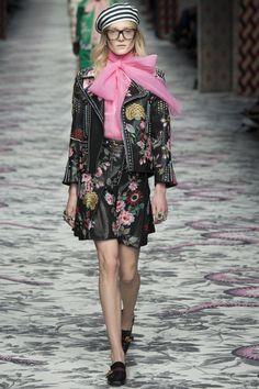 Gucci Spring 2016 Ready-to-Wear Collection Photos - Vogue Floral Fashion, Look Fashion, Runway Fashion, High Fashion, Fashion Show, Womens Fashion, Fashion Design, Fashion Trends, Milan Fashion