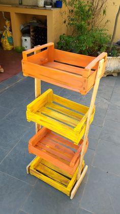 Peça feita com caixotes e com várias utilidades: fruteira, organizador e horta vertical by Christina Xavier Artesã
