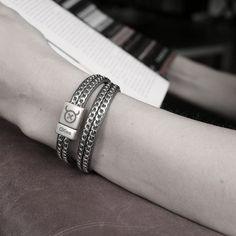 Op deze stijlvolle wikkelarmband zijn RVS kettingen door en door gestikt met zeer sterk nylondraad. Deze armband wikkelt 1 keer om je pols.
