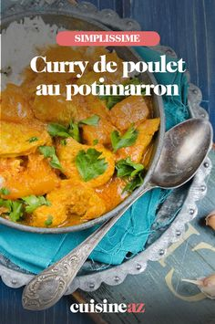 Le curry de poulet au potimarron est une recette parfaite pour vous réchauffer lors des journées pluvieuses d'hiver.  #recette #cuisine #curry #poulet #potimarron #courge Le Curry, 20 Min, Ethnic Recipes, Table, Food, Red Kuri Squash, Gourd, Cooking Recipes, Pot De Creme