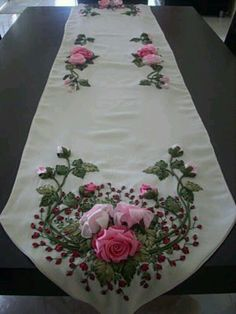 Love the pretty ribbonwork flowers on this runner! Ribbon Embroidery Tutorial, Embroidery Patterns Free, Silk Ribbon Embroidery, Hand Embroidery Designs, Embroidery Stitches, Ribbon Art, Diy Ribbon, Ribbon Crafts, Silk Flowers