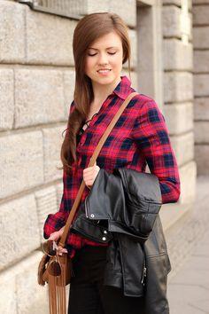Frühlingsoutfit | karierte Bluse | kariertes Hemd | schwarze Jeans Mavi | braune Tasche mit Fransen | schwarze Lederjacke Zara | Girl | Brunette | braune Haare | Hochfrontpumps | Spring look | Spring outfit | Fashion | Mode | Fashionblogger | Modeblog | JustMyself