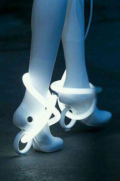 Nicholas Kirkwood at London Fashion Week Spring 2019 - Nicholas Kirkwood at London Fashion Week Spring 2019 – Details Runway Photos - Moda Cyberpunk, Cyberpunk Fashion, Cyberpunk Rpg, Space Fashion, Fashion Shoes, Fashion Design, Steampunk Fashion, Gothic Fashion, London Fashion Weeks