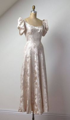 Gown / Damask Wedding Dress - Source by unbirthdayyy - Vestidos Vintage, Vintage Gowns, Vintage Outfits, Vintage Fashion, 1950s Fashion, Vintage Clothing, Pretty Dresses, Beautiful Dresses, Looks Party
