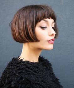 coupe-femme-courte-carré-court-plongeant-idée-de-coiffure-vintage-chic-avec-frange-sur-le-front-cheveux-chatain