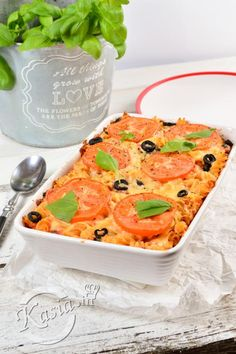 Jeśli lubisz makarony, prawdopodobnie jeszcze bardziej lubisz makarony z serem ;) My uwielbiamy, co zrobić :) Dzisiaj zapiekanka makaronowa w stylu sałatki Caprese, czyli będzie dużo pomidorów...