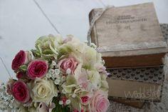Brautstrauß mit Vintage Hochzeitsdeko www.weddstyle.de/...