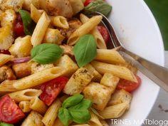 Pastasalat med kylling, tomat og brødkrutonger | TRINEs MATblogg Salads, Good Food, Chicken, Meat, Ethnic Recipes, Beef, Salad, Chopped Salads, Health Foods