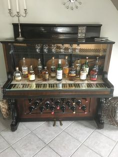 Whiskey bar and wine rack-Whisky Bar und Weinregal Whiskey bar and wine rack - Bar Furniture, Home Office Furniture, Shabby Chic Furniture, Furniture Projects, Furniture Makeover, Painted Furniture, Vieux Pianos, Piano Crafts, Old Pianos