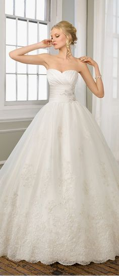 Gorgeous Lace Wedding Dress... don't know if i can pull off a skirt this big but I love it!!!