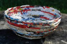 Article: Rolled paper crafts turn magazines into art. Recycled Magazines, Recycled Art, Rolled Magazine Art, Magazine Bowl, How To Make Paper, How To Make Beads, 3d Art Projects, School Projects, Rolled Paper Art