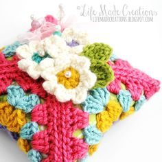 A Life Made Creations: granny square pincushion from free pattern here:  http://wildaboutyarn.blogspot.com.au/2015/01/january-yal-blossom-pin-keeper.html