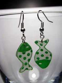 Boucles d'oreille poissons en plastique fou : Boucles d'oreille par la-fee-zeuse-de-trucs