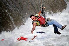 R7. Un obrero se cuelga de una grúa para salvar a una mujer que ha caído al agua tras varios intentos fallidos de los socorristas.  #CA0911 #RetoVisual0911