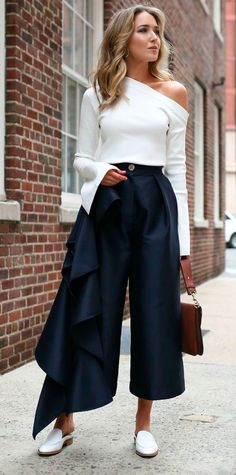Aposte na calça culotte  com camisa ombro único e mules.