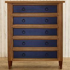 Si le meuble chiné est en bon état, pourquoi ne pas se contenter de peindre les tiroirs? Ici, le résultat est magnifique.