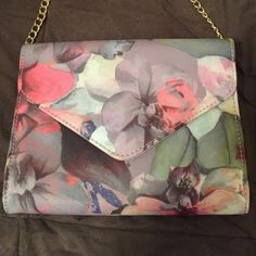 NWOT Floral Purse ❤️ gorgeous NWOT can be a purse or a clutch! Absolutely beautiful floral print perfect for spring! Purchased from my favorite boutique in London ❤️✈️ Bags