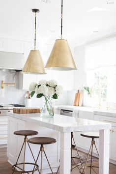 In Style: Chic White Kitchen Small Kitchen Island Design Ideas Gold Kitchen Hardware, Gold Hardware, Küchen Design, House Design, Design Ideas, Sweet Home, Kitchen Pendants, Gold Pendants, Island Pendants