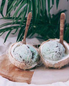 Creamy Minty Coconut Chocolate N'icecream by Recipe: 1 can coconut … – Simple Food Vegan Raw Vegan Smoothie, Coconut Milk Smoothie, Canned Coconut Milk, Smoothie Bowl, Coconut Cream, Dessert Aux Fruits, Thin Mints, Nice Cream, Aesthetic Food