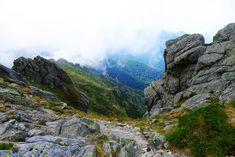 Para muchos, el GR-20 es una de las rutas más difíciles de su vida, y no les falta razón: grandes desniveles, senderos expuestos y tramos equipados con cadenas y escaleras que sin duda os pondrán a prueba. Sin embargo, son miles los senderistas que la acaban todos los años y disfrutan de sus paisajes a medio camino entre lo mediterráneo y lo alpino. 182 kilómetros divididos en 15 etapas para descubrir Córcega viajando a otro ritmo. ¿A qué estás esperando para coger la mochila?