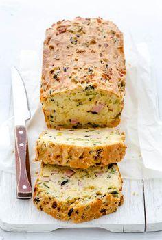 In Frankrijk vieren ze op 21 juni het Fête de la Musique. Daar eten ze dan deze heerlijke hartige cake bij. Marlies geeft het recept. 21 Juni, Confort Food, Savory Muffins, Cooking Recipes, Healthy Recipes, Cupcake Cookies, Tasty Dishes, Tapas, Brunch