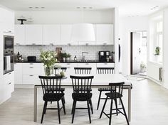 Simple yet functional and elegance are the main impression of the Scandinavian kitchen style. Mentioned below are ideas of scandi-style kitchen that can be learned and do. Scandinavian Kitchen, Scandinavian Design, Bright Kitchens, Home Kitchens, Sweet Home, Living Comedor, Kitchen Dinning, Dining Room, Stylish Kitchen