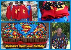Capas, máscaras e bolo de super herói com a letra do aniversariante.
