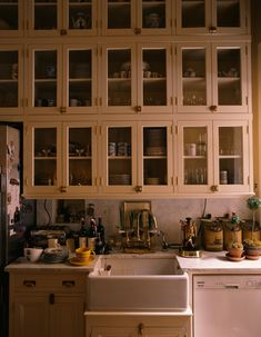 Along with the bookcases, bunk beds and breakfast nook, the vintage-style kitchen cabinets in Graydon Carter's apartment were designed by Basil Walter. Take a look at the traditional apartment at the link in the bio ☝️ . Kitchen Cabinet Styles, Kitchen Cabinets, Cupboards, Gatsby House, Round Wood Dining Table, Butler Sink, Graydon Carter, Fixer Upper House, Leather Club Chairs