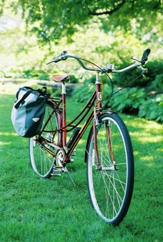 The Twin City is a steel frame mixte with a great commuting set up – fenders, chain guard, rack, 7-speed internal gear hub, roller brake, and albatross bars.