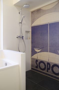 Wnętrza, projekty, remonty w kamienicach - Architekt Na Szpilkach: ŁAZIENKA: Moja łazienka z granatowym sufitem - PRZED-PO | MOJE MIESZKANIE ODCINEK 14